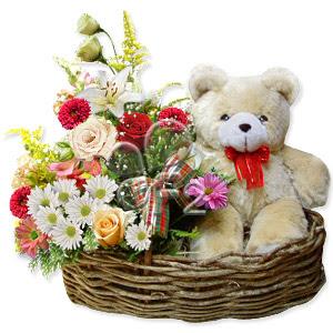 sepet içerisinde kir çiçekleri ve ayicik