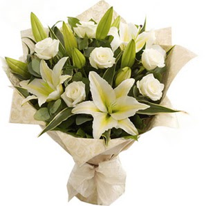 Türkiye çiçek siparişi vermek  3 dal kazablanka ve 7 adet beyaz gül buketi
