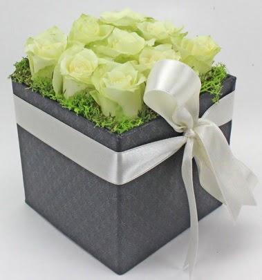 9 adet beyaz gülden özel kutu çiçeği  Türkiye çiçekçi telefonları