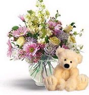 Türkiye çiçek siparişi sitesi  cam yada mika vazoda çiçekler ve oyuncak