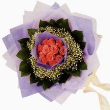 12 adet gül ve elyaflardan   Türkiye çiçek gönderme