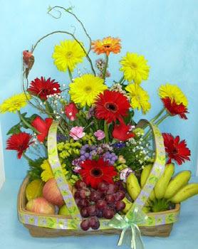 Türkiye çiçek siparişi sitesi  sepet içerisinde meyva ve çiçekler