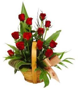 Türkiye çiçek siparişi sitesi  sepet içerisinde 12 adet kirmizi gül - özel kisiler siparisi ideal -