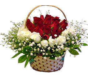 Türkiye 14 şubat sevgililer günü çiçek  Sepet içerisinde kirmizi ve beyaz güller ile hazir
