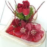Türkiye çiçek , çiçekçi , çiçekçilik  2 kandil orkide 3 adet kirmizi gül mika kalp