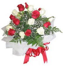 Türkiye İnternetten çiçek siparişi  12 adet kirmizi ve beyaz güller buket