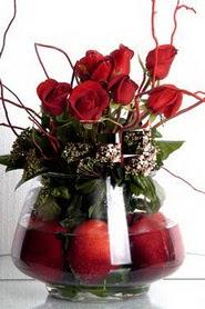 Türkiye çiçek mağazası , çiçekçi adresleri   12 adet kirmizi gül ve altinda sürpriz meyva