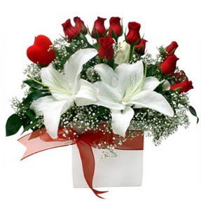 Türkiye çiçek gönderme  1 dal kazablanka 11 adet kırmızı gül vazosu