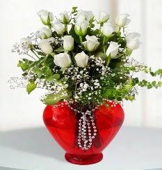 cam kalp içerisinde 12 adet beyaz gül  Türkiye çiçekçi mağazası