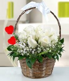 Sepet içerisinde 7 adet beyaz gül  Türkiye çiçekçi telefonları